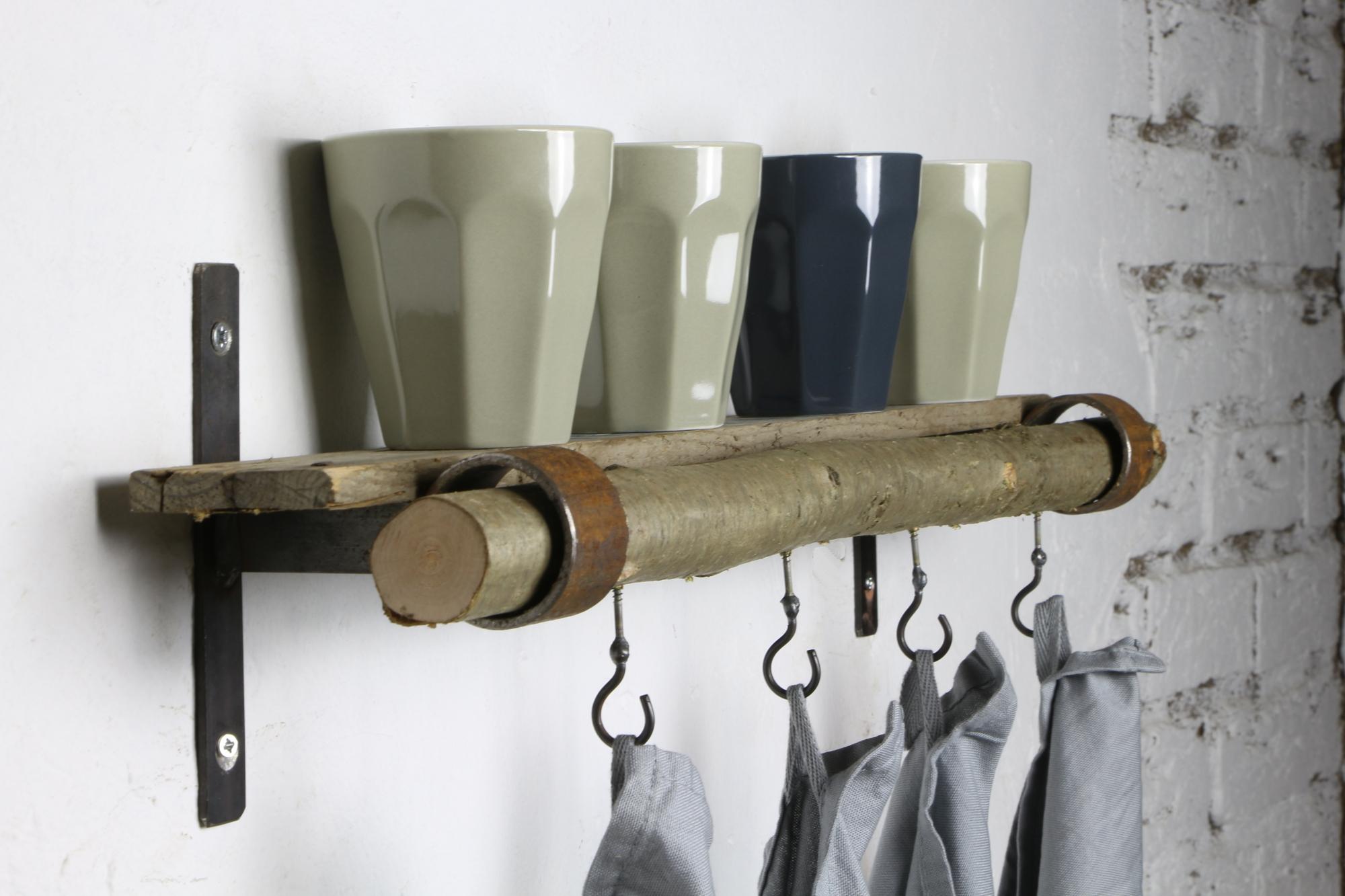 Regalwinkel mit Haselnuss und Leiste aus alter Kiste - 60 cm